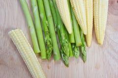 Espárrago y maíz de bebé. fotografía de archivo
