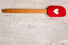 Espátula vermelha de madeira e do silicone da cozinha com coração no CCB de madeira Imagens de Stock Royalty Free
