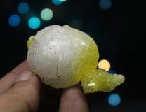 Espécimen amarillo brillante raro del mineral de la brucita Foto de archivo libre de regalías