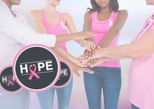 Espérez le texte avec des femmes de conscience de cancer du sein remontant des mains Photo stock