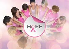 Espérez le texte avec des femmes de conscience de cancer du sein remontant des mains Photo libre de droits