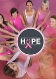 Espérez le texte avec des femmes de conscience de cancer du sein remontant des mains Photographie stock