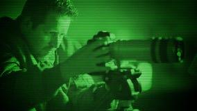 Espía cogido con la visión nocturna almacen de video