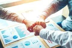 Espírito de equipe de junta das mãos dos trabalhos de equipa do negócio Imagem de Stock Royalty Free