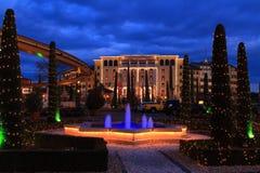 Espírito do Natal na construção do hotel na noite Imagens de Stock Royalty Free