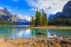 Espírito Isalnd no lago Maligne imagens de stock