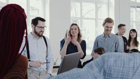 Espíritu de equipo en el lugar de trabajo sano Hombre de negocios joven feliz del jefe que lleva la EPOPEYA ROJA moderna de la cá almacen de video