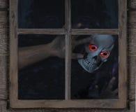 Espíritu necrófago que mira a través de ventana rústica Fotos de archivo libres de regalías