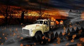Espíritus necrófagos de Halloween que conducen el camión de reparto viejo Imágenes de archivo libres de regalías