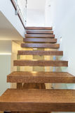 Espaço brilhante - escadas de madeira foto de stock