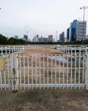 Espaço da cerca e opinião da cidade Foto de Stock