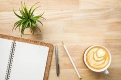 Espaço de funcionamento com a tabela e fontes de madeira da mesa de escritório foto de stock royalty free