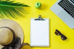 Espaço de funcionamento: Portátil, folha de palmeira, chapéu da prancheta em uma parte traseira do amarelo Fotos de Stock