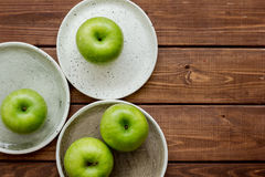 Espaço de madeira da opinião superior do fundo da tabela das maçãs verdes maduras para o texto Fotos de Stock Royalty Free