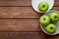 Espaço de madeira da opinião superior do fundo da tabela das maçãs verdes maduras para o texto Imagem de Stock Royalty Free