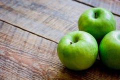 Espaço de madeira do fundo da tabela das maçãs verdes maduras para o texto Fotografia de Stock Royalty Free