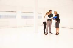 Espaço de Showing Empty Office do agente imobiliário aos clientes potenciais Foto de Stock