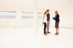 Espaço de Showing Empty Office do agente imobiliário aos clientes potenciais Fotografia de Stock