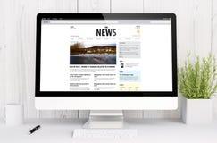 espaço de trabalho branco com a tela do websiteon da notícia Imagens de Stock