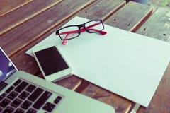 Espaço de trabalho criativo com placa do Livro Branco e telefone celular no wo Fotografia de Stock