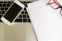 Espaço de trabalho criativo com placa e telefone celular do Livro Branco Fotografia de Stock Royalty Free