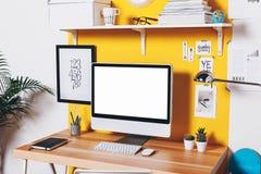 Espaço de trabalho criativo moderno na parede amarela Imagem de Stock