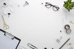 Espaço de trabalho da mesa de escritório domiciliário com os acessórios do escritório no fundo branco Imagem de Stock