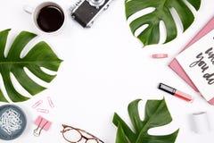 Espaço de trabalho da mesa de escritório domiciliário do ` s das mulheres foto de stock