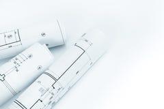 Espaço de trabalho do arquiteto com rolos dos modelos e dos dracmas do planejamento imagens de stock