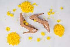 Espaço de trabalho fêmea com os acessórios amarelos do ` s das flores e das mulheres Fotos de Stock Royalty Free