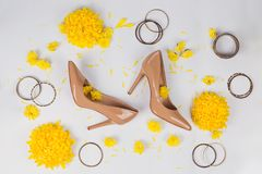 Espaço de trabalho fêmea com os acessórios amarelos do ` s das flores e das mulheres Foto de Stock Royalty Free