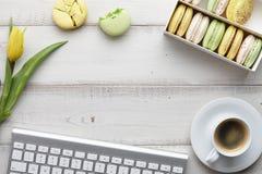 Espaço de trabalho feminino com macarons e tulipas Imagem de Stock Royalty Free