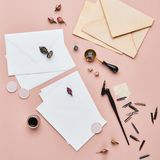 Espaço de trabalho feminino da caligrafia da mesa com espaço da cópia foto de stock
