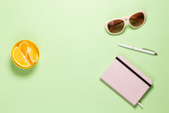 Espaço de trabalho feminino moderno do Freelancer Tabela lisa de Pistache da configuração com Rose Diary, pena branca, monóculos  fotos de stock royalty free