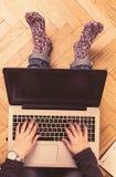 Espaço de trabalho home - mulher que trabalha em seu portátil Fotos de Stock