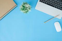 Espaço de trabalho mínimo - o plano criativo coloca a foto da mesa do espaço de trabalho imagem de stock royalty free
