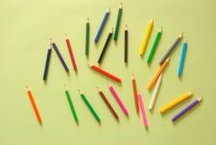Espaço de trabalho mínimo - o plano criativo coloca a foto da mesa do espaço de trabalho com o lápis da cor no fundo da cor paste foto de stock
