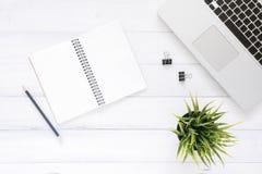 Espaço de trabalho mínimo - o plano criativo coloca a foto da mesa do espaço de trabalho A mesa de escritório da vista superior c foto de stock royalty free