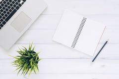 Espaço de trabalho mínimo - o plano criativo coloca a foto da mesa do espaço de trabalho A mesa de escritório da vista superior c imagens de stock