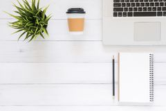 Espaço de trabalho mínimo - o plano criativo coloca a foto da mesa do espaço de trabalho A mesa de escritório da vista superior c imagem de stock