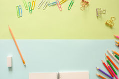 Espaço de trabalho mínimo - o plano criativo coloca a foto da mesa do espaço de trabalho com bloco de desenho e do lápis de madei fotos de stock royalty free