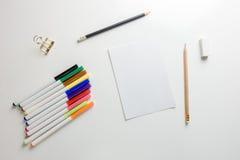 Espaço de trabalho mínimo - o plano criativo coloca a foto da mesa do espaço de trabalho com bloco de desenho e do lápis de madei imagem de stock royalty free