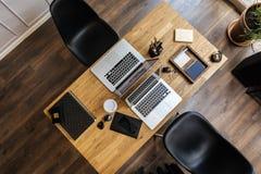 Espaço de trabalho na vista aérea com cadeira, portátil imagens de stock royalty free