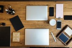 Espaço de trabalho na vista aérea com portátil, mesa imagem de stock royalty free