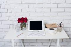 Espaço de trabalho novo da mulher de negócio imagens de stock