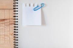 Espaço de trabalho, papel para cartas, livro do esboço com grampos papel, artigos de papelaria na tabela de madeira a lista fá-lo fotografia de stock