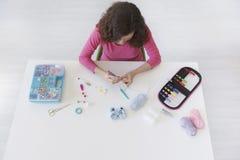 Espaço de trabalho de uma mulher criativa que faz o crochê caseiro Foto de Stock Royalty Free