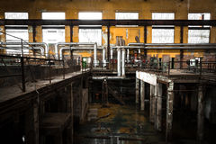 Espaço interno da empresa metalúrgica desolada velha Foto de Stock