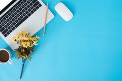 Espaço liso da cópia da opinião superior da configuração de uma mesa de trabalho com portátil, o copo de café, fontes e a decoraç imagens de stock