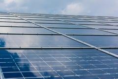 Espaço livre azul Sunny Day Clouds Refl da tecnologia do close up dos painéis solares Fotografia de Stock